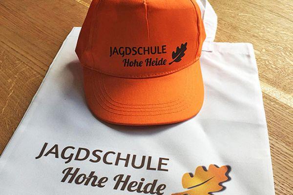Stofftasche mit Aufschrift und orange Cappy
