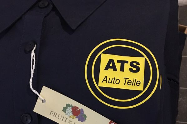 Dunkelblaues Poloshirt mit Firmenlogo