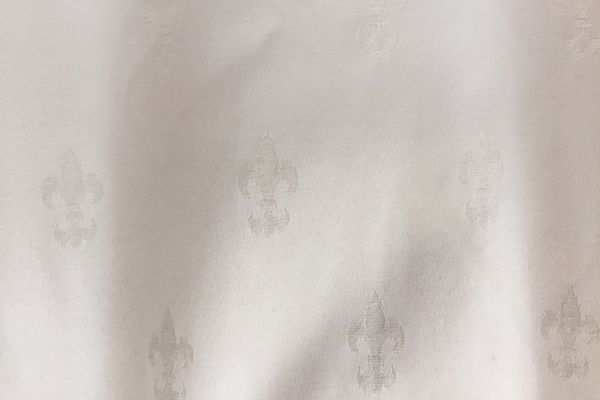 Weißer Vorhang mit Muster